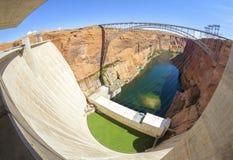 Fisheye-Linsenbild von Glen Canyon Dam und von Brücke, Arizona, USA stockbild