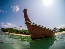 Fisheye obrazek tradycyjna tajlandzka longtail łódź w Long Beach, Ko Lanta, Tajlandia obrazy royalty free
