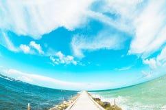 Fisheye-Strand-Pier mit Himmel Stockfoto