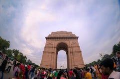 Fisheye strzał ludzie wędruje wokoło ind bramy w Delhi zdjęcia stock