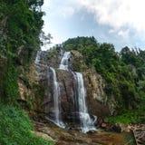 Fisheye wijd van Ramboda-Dalingswaterval wordt geschoten, Pussellawa Sluik die Sri stock foto
