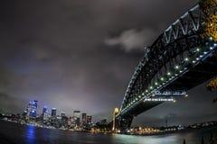 Fisheye wizerunek Sydney schronienia most przy nocą, Australia obrazy stock