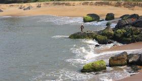 Fishin au rivage de rockey Image libre de droits