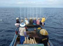 Fishin del equipo del pescador en el océano Imagen de archivo libre de regalías