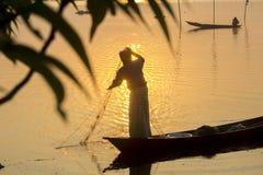 Fishin del pescador del tiempo de la salida del sol en el río de Kaliganga, Dacca, Bangladesh imagen de archivo libre de regalías
