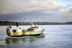 Fishing boat entering the harbor Royalty Free Stock Photos