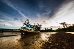 Fishing boat ran aground on the mud beach Royalty Free Stock Photos