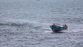 Fishingboat που πλέει γρήγορα φιλμ μικρού μήκους