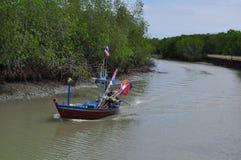 Fishingboat ai terreni paludosi della mangrovia in un piccolo vil dei fishermans Fotografia Stock