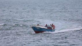 Fishingboat naviguant rapidement banque de vidéos