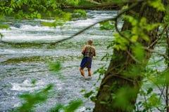 Fishman που αλιεύει στα ορμητικά σημεία ποταμού του ποταμού Roanoke Στοκ εικόνες με δικαίωμα ελεύθερης χρήσης