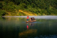 Fishman ciska złotą sieć na rzece fotografia royalty free