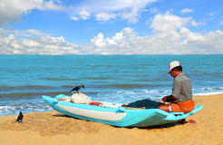 Fishman de Negombo en su barco cerca del océano imagenes de archivo