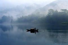 Fishman no rio da névoa Fotografia de Stock Royalty Free