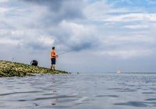 Fishman połów brzeg jeziora, królewiątka parkuje long island ny Obrazy Royalty Free
