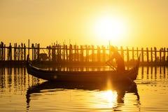 Fishman sous le pont de bein d'U au coucher du soleil photo stock