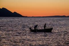2 fishmen в шлюпке Стоковая Фотография RF
