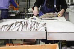 Fishmonger εργασία Στοκ Εικόνες