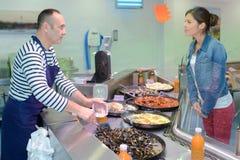 Fishmonger που εξηγεί τη συνταγή ψαριών στον πελάτη Στοκ φωτογραφίες με δικαίωμα ελεύθερης χρήσης