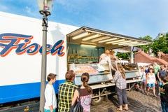 Fishmonger στην παλαιά αγορά ψαριών από το λιμάνι στο Αμβούργο, Γερμανία Στοκ εικόνες με δικαίωμα ελεύθερης χρήσης