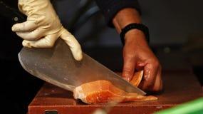 Fishmonger τέμνων σολομός Στοκ φωτογραφίες με δικαίωμα ελεύθερης χρήσης