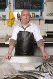 Fishmonger no avental Imagem de Stock