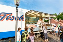 Fishmonger przy starym Rybim rynkiem schronieniem w Hamburg, Niemcy Obrazy Royalty Free