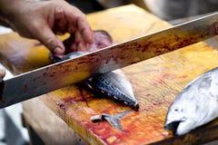 Fishmonger rozcięcia ryba Obrazy Stock