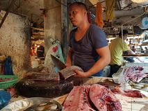 Fishmongers προετοιμάζουν τα ψάρια τους στην αγορά στην πόλη Surigao Mindano Φιλιππίνες Στοκ εικόνα με δικαίωμα ελεύθερης χρήσης
