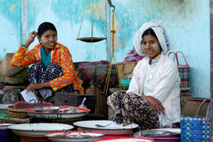 2 fishmongers продают некоторых свежих рыб в традиционном влажном рынке 4-ого января 2011 в bagan рынке, Мьянме Стоковое фото RF