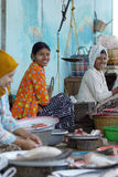 2 fishmongers продают некоторых свежих рыб в традиционном влажном рынке Стоковое Изображение