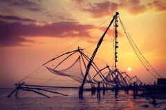 Fishnets chinois sur le coucher du soleil Kochi, Kerala, Inde Images stock