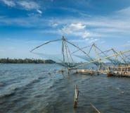 Fishnets cinesi sul tramonto. Il Kochi, Kerala, India immagine stock