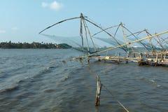 Fishnets cinesi sul tramonto. Kochi, Kerala, India fotografia stock libera da diritti