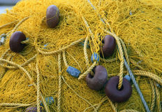 Fishnets sulla barca del pesce Rete gialla La Grecia Immagine Stock