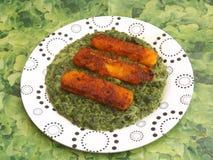Fishsticks met spinazie royalty-vrije stock fotografie