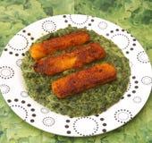 Fishsticks met spinazie royalty-vrije stock afbeelding