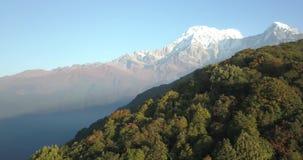 Fishtail βουνών Machapuchare στη σειρά Νεπάλ των Ιμαλαίων από τον αέρα 4K απόθεμα βίντεο
