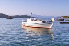 Fising fartyg på segla utmed kusten av Crete Arkivfoton