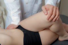 Fisio e di terapia tecniche manuali, eseguite Fotografia Stock