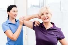 Fisio esercizi facenti della spalla con la donna senior Fotografia Stock Libera da Diritti