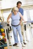 Fisioterapeuta con el paciente en la rehabilitación Fotografía de archivo libre de regalías