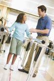 Fisioterapeuta con el paciente en la rehabilitación Imagenes de archivo