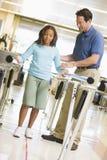 Fisioterapeuta con el paciente en la rehabilitación Fotos de archivo libres de regalías