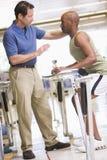 Fisioterapeuta con el paciente en la rehabilitación Imágenes de archivo libres de regalías