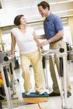 Fisioterapeuta con el paciente en la rehabilitación Foto de archivo libre de regalías