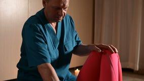 Fisioterapeuta masculino do tiro de meio que faz uma massagem do bem-estar a um paciente da moça Osteopathy e manual não tradicio video estoque