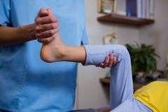 Fisioterapeuta que dá a fisioterapia à menina imagem de stock royalty free