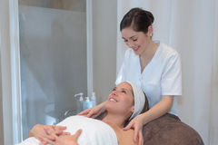 Fisioterapeuta que dá a massagem do ombro ao paciente fêmea foto de stock royalty free