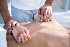 Fisioterapeuta que da masaje de la mano a una mujer Fotografía de archivo libre de regalías